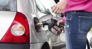 mujer-cargando-gasolina